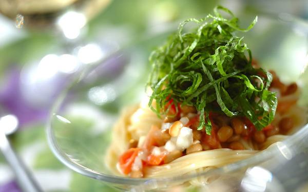 大葉でさっぱりといただける、簡単にできる納豆と塩トマトの冷製カッペリーニ