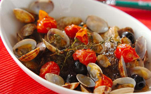 自宅で贅沢な気分を堪能できる、豪華な鯛のアクアパッツァ