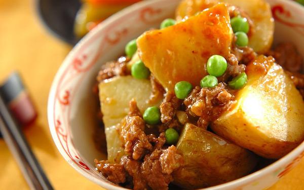 ホックリと美味しい、揚げジャガイモのピリ辛煮