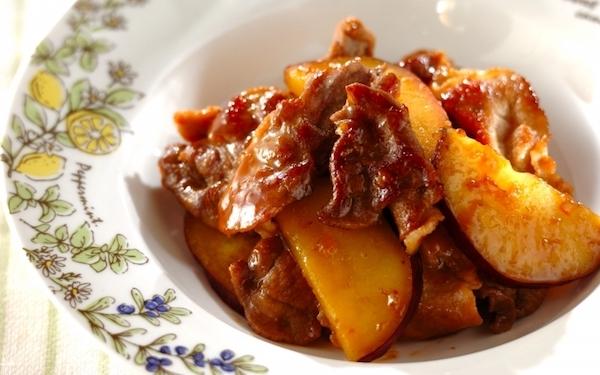 2つの調味料で作る、簡単な豚こま肉とサツマイモのママレード煮