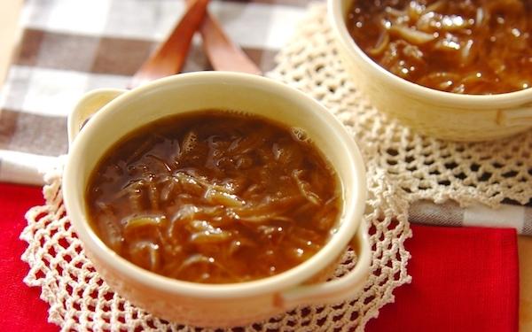 普段とは少し違う味を堪能できる、レンジで簡単本格オニオンスープ