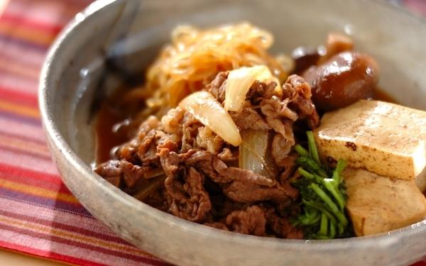 牛肉のこま切れでササッと作れる、フライパンすき焼き