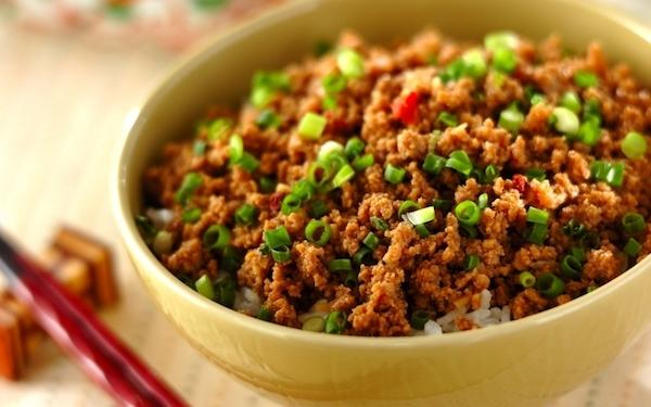 ボリューミーで香ばしい、ピリ辛な中華そぼろ丼
