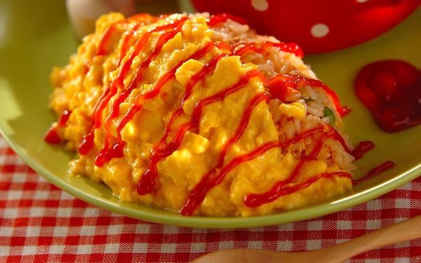 卵もケチャップライスも、レンジで作れる簡単オムライス