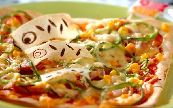 パリパリ食感がたまらない、春巻きの皮でピザ