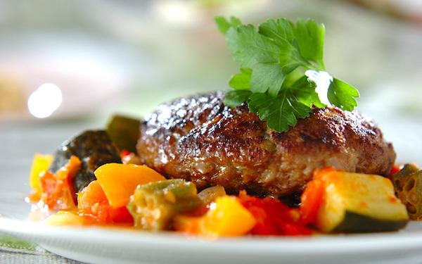 栄養満点で内側から元気になる! 野菜をたっぷり使ったハンバーグ