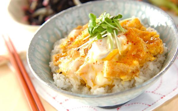 お肉がなくてもボリューミーで大満足、お揚げの卵とじ丼