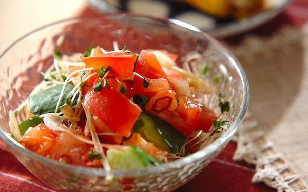 ゴマ油の風味とコクがたまらない、トマトとキュウリの夏サラダ