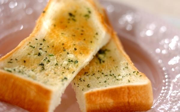 シンプルだけどクセになる、食パンガーリックトースト