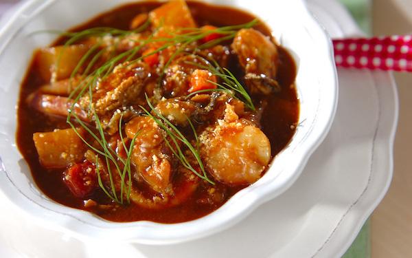隠し味にカレー粉を入れる! 風味豊かなシーフードのトマトシチュー