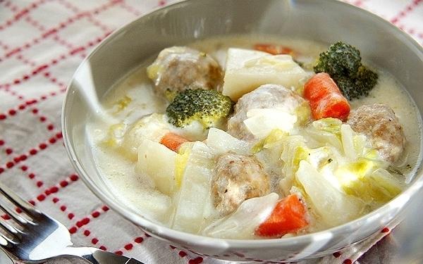 冷蔵庫に残った野菜も使える、あっさりとした肉団子シチュー