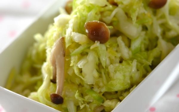 ダイエット中にも最適、ヘルシーなキャベツとシメジの塩麹もみ