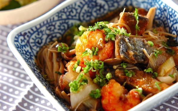 キノコと野菜たっぷりなだし汁に浸ける、豪華なサバの揚げ浸し