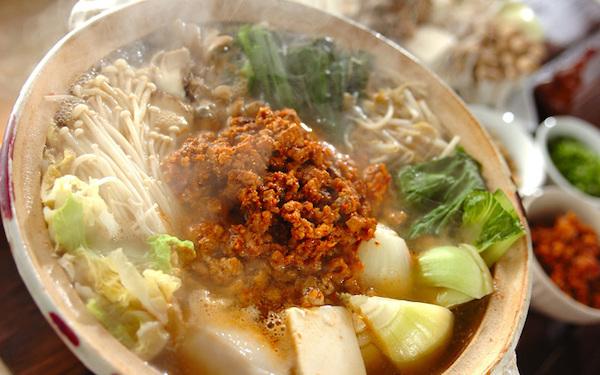 肉みそを溶かすように食べる、ピリ辛な坦々ゴマ鍋