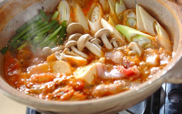 具沢山で濃厚な味がたまらない! 豆腐と豚肉のキムチ鍋