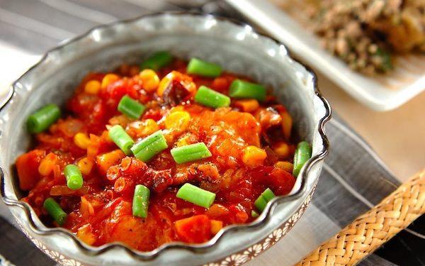 タコが柔らかくて食べやすい、揚げ餅のトマト煮