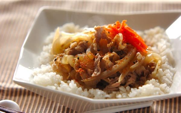 素材の美味しさを堪能できる! やさしい味の豚ゴボウ丼