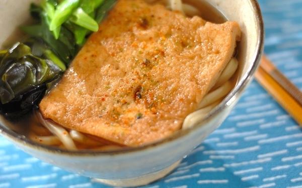甘めのだしがしみた油揚げ美味しい、京風きつねうどん