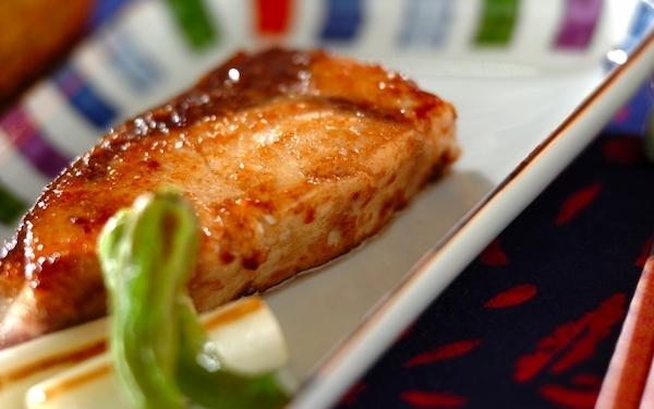 食欲をそそられる、ブリの麺つゆバターソテー