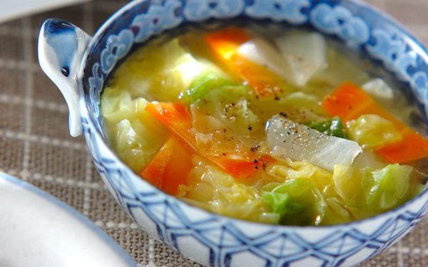 ショウガのピリッとした辛さが効いた、春キャベツのスープ