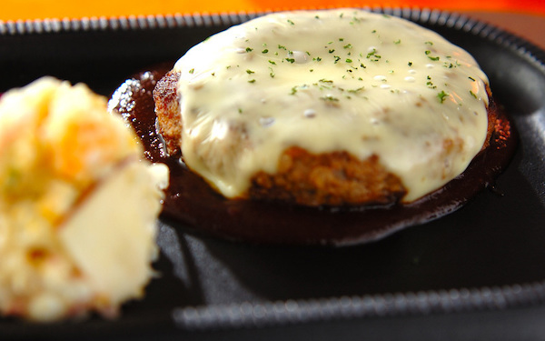 贅沢な気分を味わえる! とろけるチーズハンバーグ