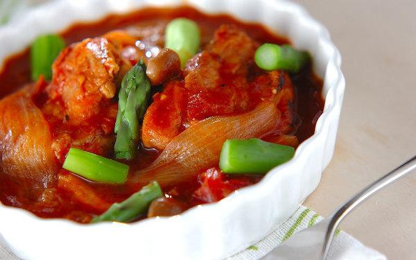 どこか懐かしさを感じる味、鶏肉のトマト煮