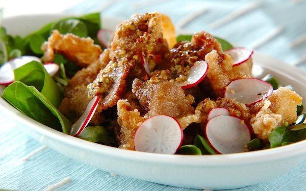 ご飯との相性抜群! 主菜にもなるカリカリ豚肉のサラダ仕立て