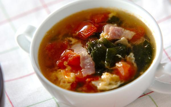 彩りが美しい、サッパリとした口当たりのトマトスープ