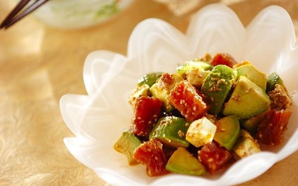 栄養満点! マグロとアボカドの韓国風おつまみ(調理時間5分 +冷やす時間)