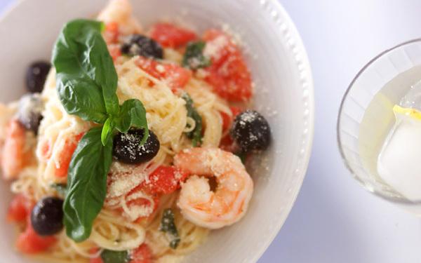 バジルとチーズの風味がたまらない、トマトの冷製パスタ