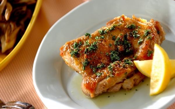 カリッと香ばしい、鶏肉のハーブバターソース