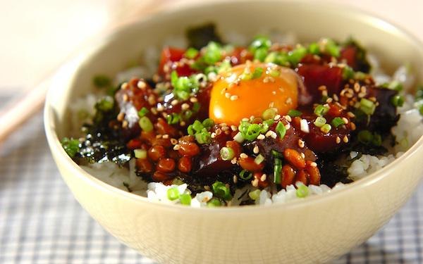ねっとりとした食感がやみつきに! ピリ辛カツオ納豆丼