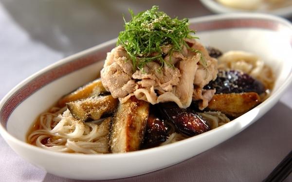 ボリューム満点でお腹いっぱいになる、豚しゃぶと揚げナスの素麺