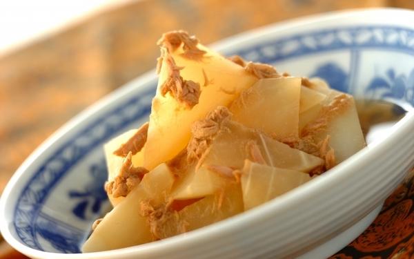 ツナの旨みがしっかりとしみ込んだ、大根とツナの煮物