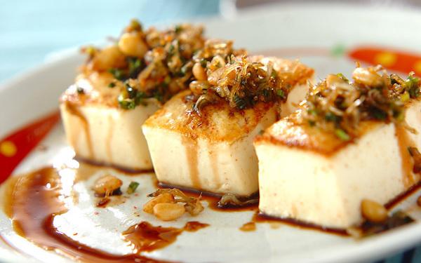 ヘルシーでやみつきになる食感! カリカリ豆腐ステーキ