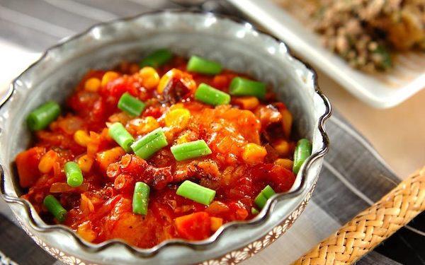 お餅の香ばしさがたまらない、揚げ餅のトマト煮