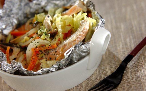フライパンひとつでできる、鮭と春野菜の大人なホイル焼き