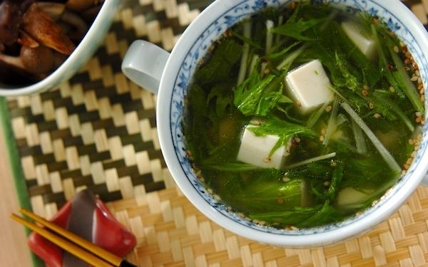 素材の美味しさが伝わる、ラクに作れる「豆腐と水菜の中華スープ」