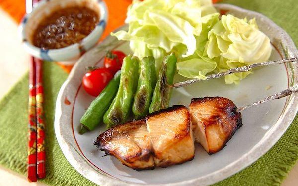 ご飯との相性バツグン、食欲をそそられる「ブリの中華風串焼き」