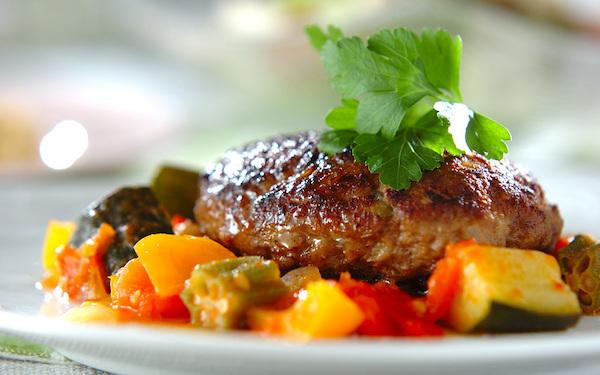 食卓が華やぐ! 夏野菜をたっぷり使った「ハンバーグ」