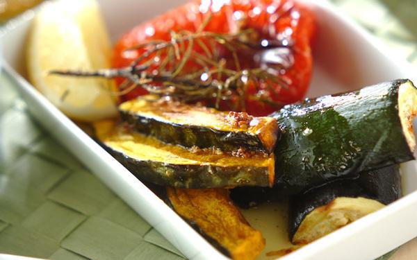 食欲をそそるソースをかけていただく、さっぱりとした「夏野菜のオーブン焼き」