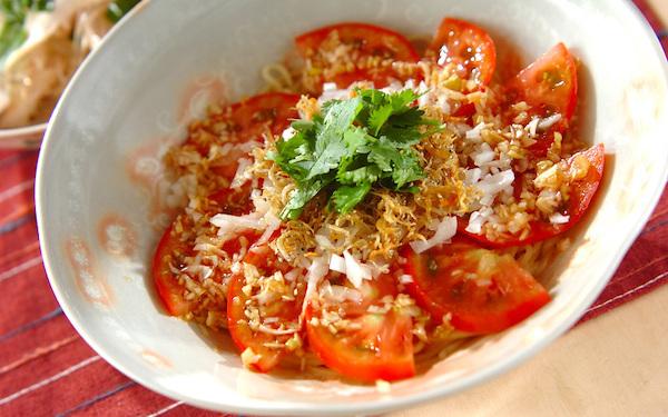 カリカリ食感が美味しいアクセント、トマトとジャコの「冷やし中華」
