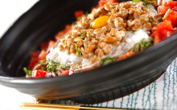 サラダ感覚で食べられる! パパッと作れる「納豆そばサラダ」