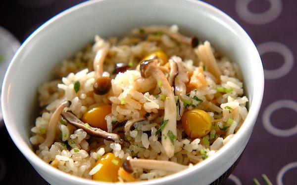 秋の香りがたまらない、キノコとギンナンで作る絶品「炊き込みご飯」