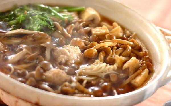 キノコの旨味が後を引く、やみつきになる「キノコ鍋」
