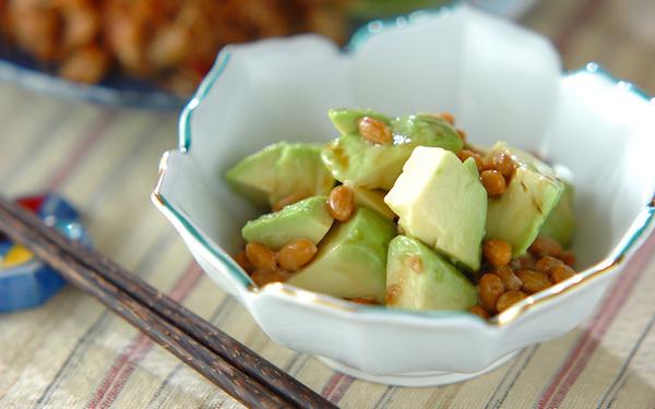 5分で作れる速攻レシピ、ヘルシーで美味しい「アボカドゴマ納豆」
