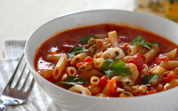 味噌で味つけするのがポイント、アサリと魚介の「トマトスープパスタ」