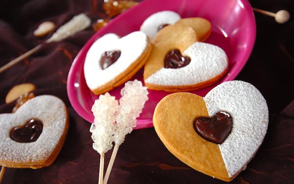 プレゼント用にもピッタリ、ガナッシュが濃厚なハートの「チョコサンドクッキー」
