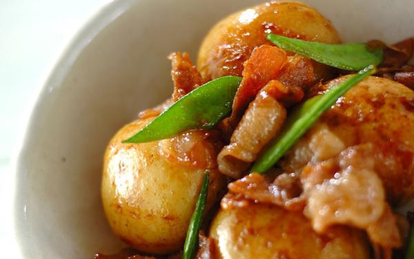 ホクホク食感がたまらない、定期的に作りたくなる「新ジャガと豚の煮っころがし」