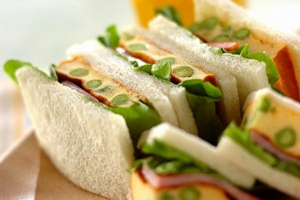エンドウ豆入りふわふわ卵サンド
